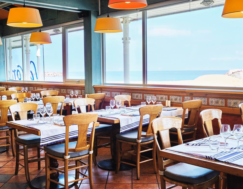 salle de restaurant vue océan