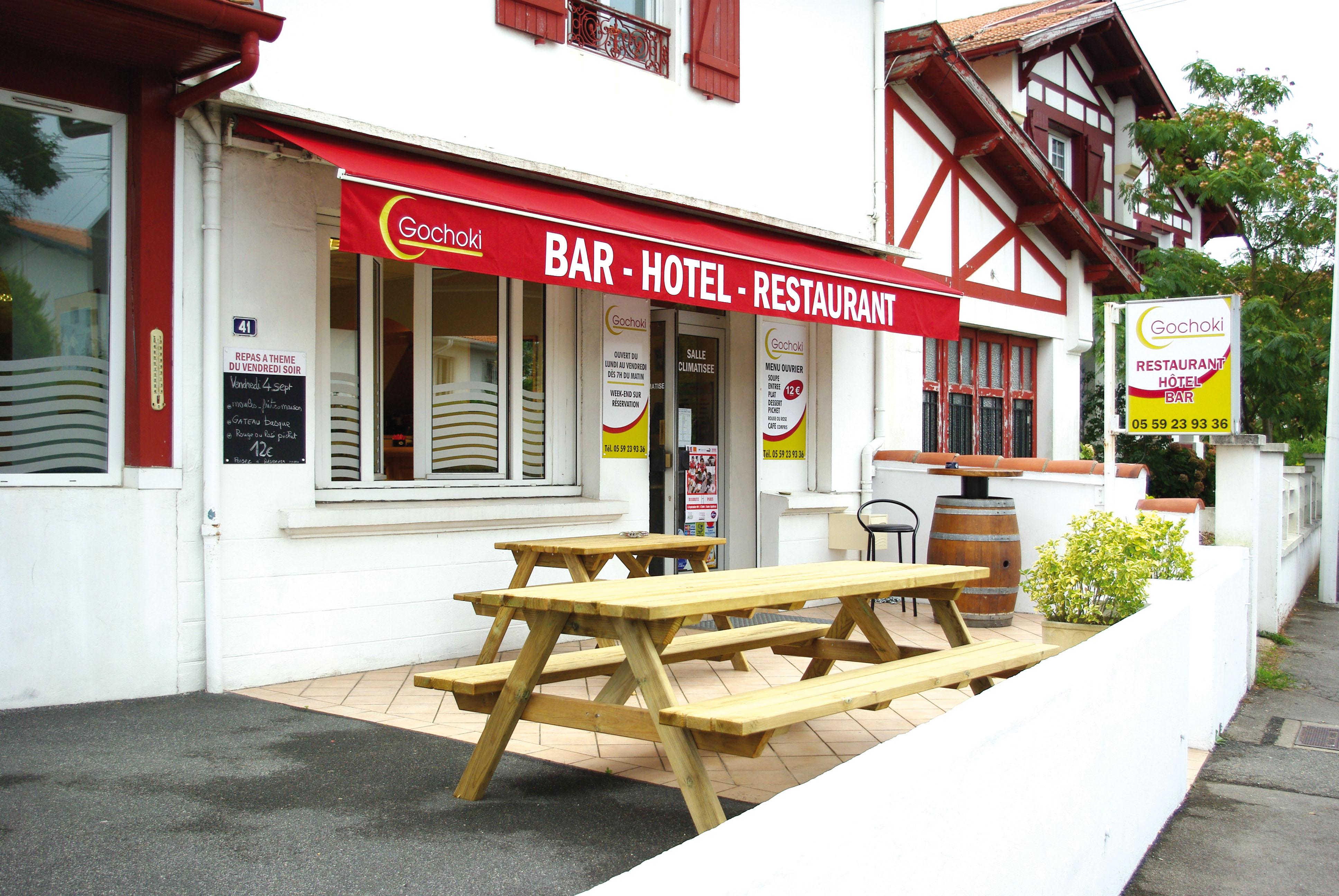 la terrasse du restaurant gochoki, avec une table des bancs en bois