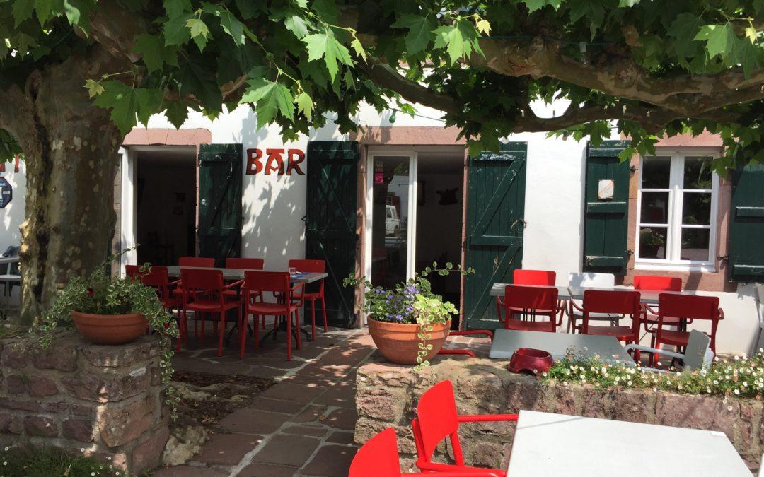 Déjeuner à l'ombre des platanes à Bidarray chez BARBERAENEA