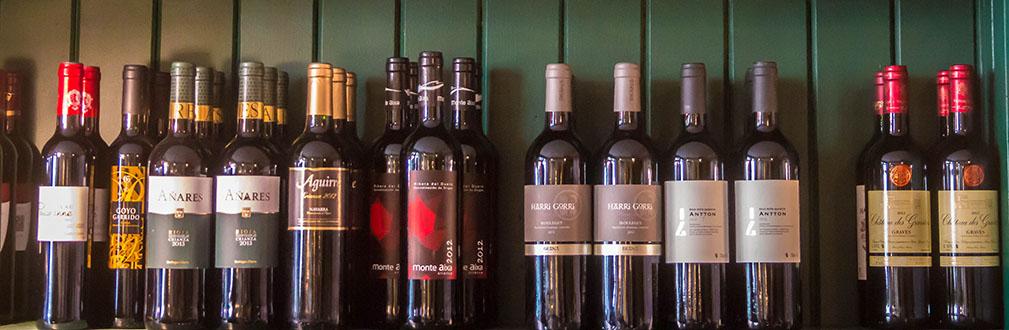 plusieurs bouteilles de vin sur une étagère