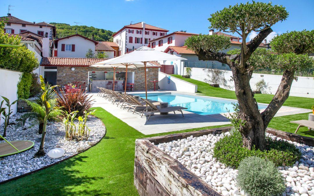 une piscine aménagée avec des arbres restaurant Argia