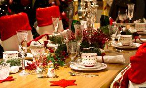 des menus de fêtes à emporter sur une table de fêtes décorées avec guirlandes et confettis