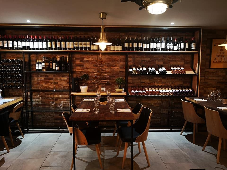 la salle de l'oumar restaurant tables et cave à vins