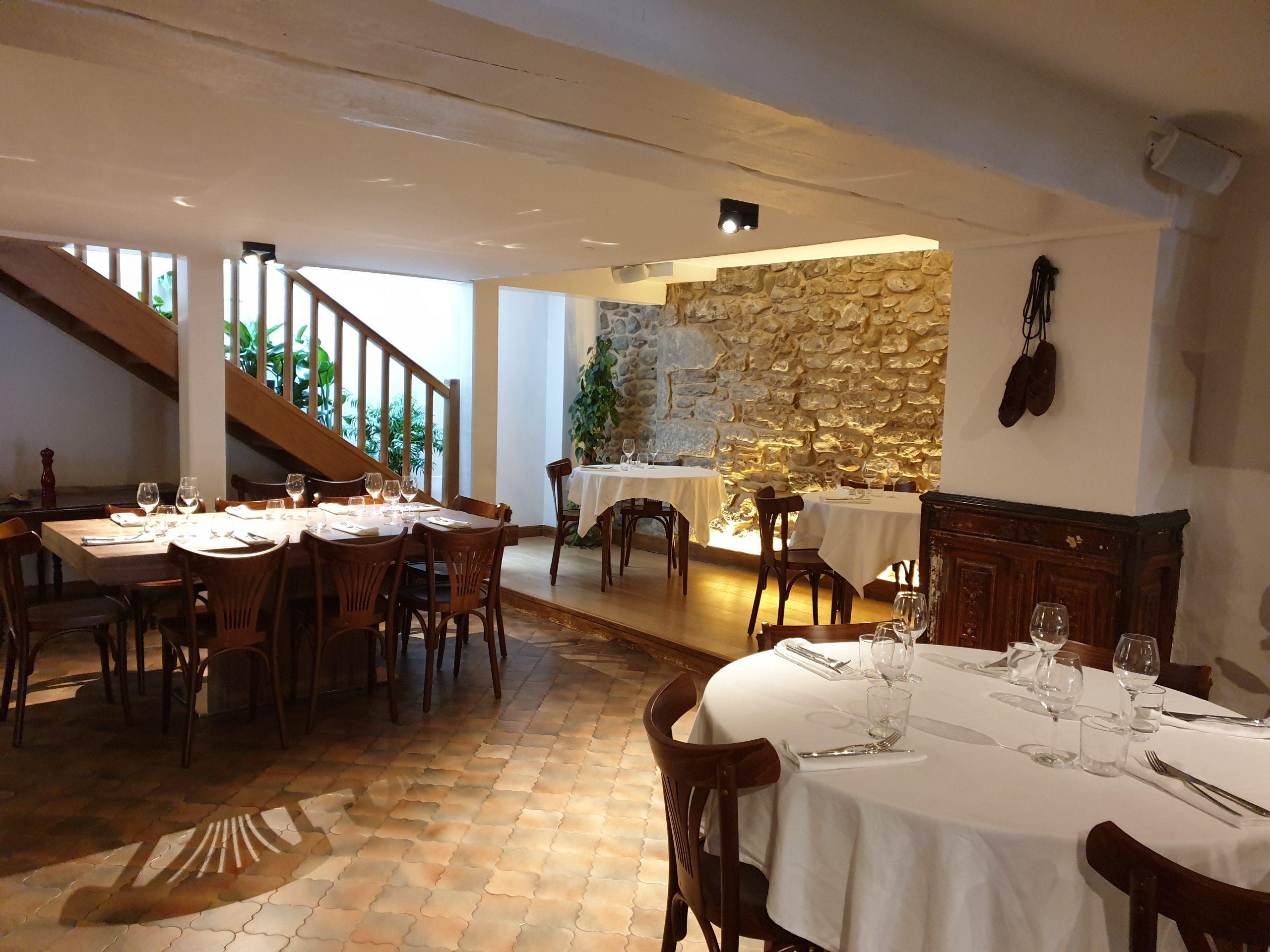 grande salle de restaurant avec une table ronde et nappe blanche