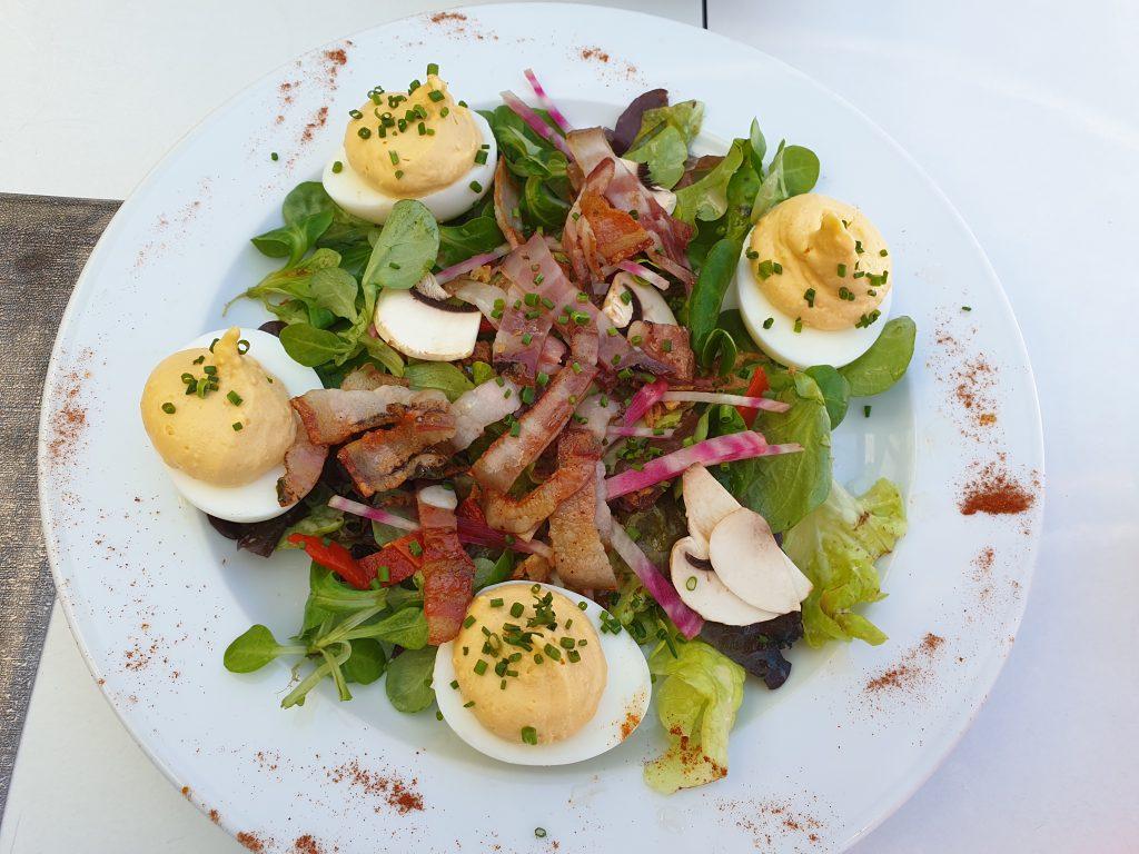 une assiette avec des œufs mimosa