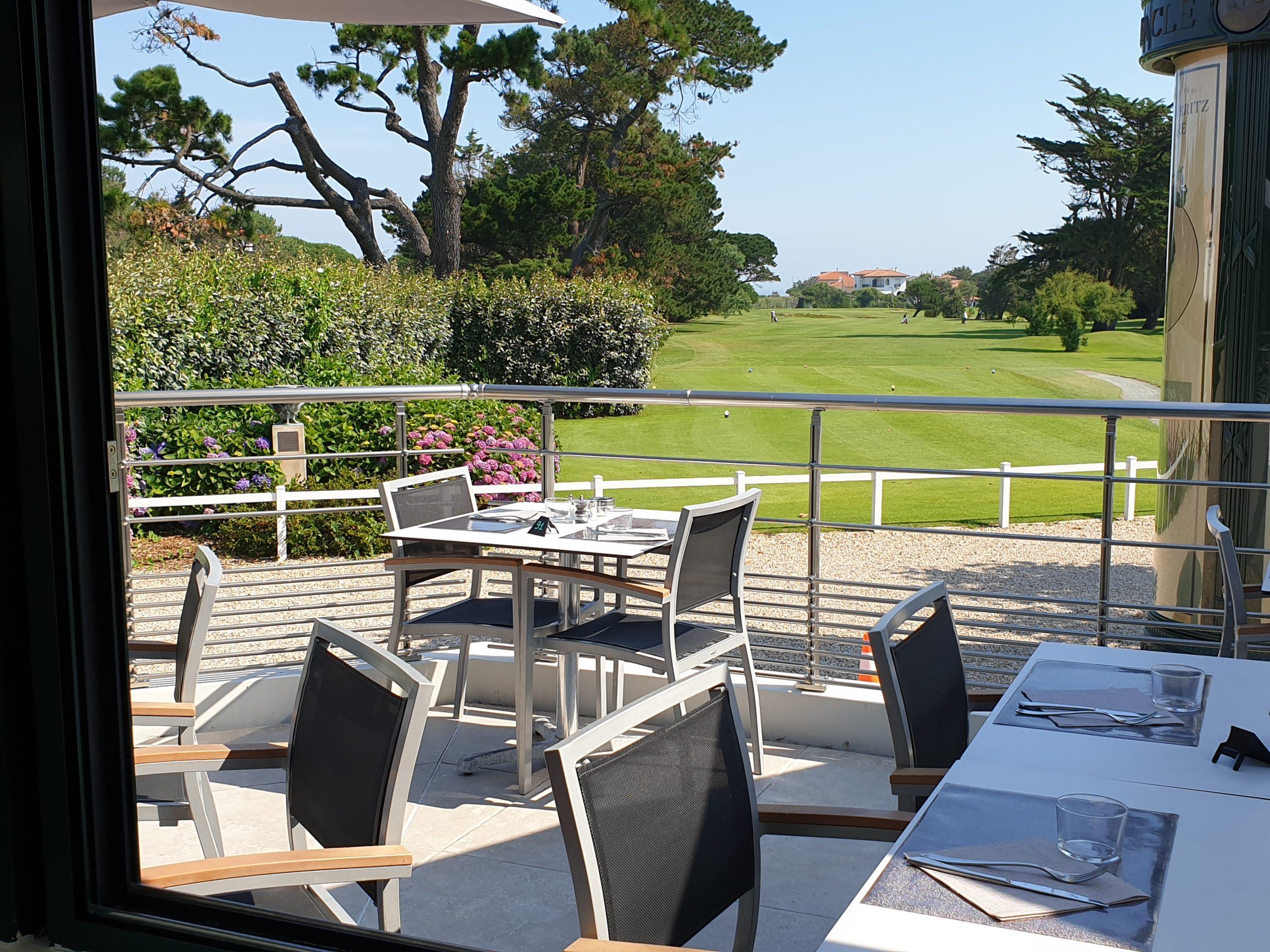 Restaurants Biarritz une terrasse qui donne sur le golf de biarritz, avec de chaises et des tables en métal
