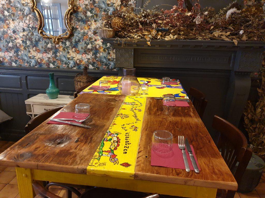 table bois décorée de Juan Gorriti