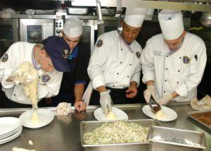 3 chefs entrain de cuisiner