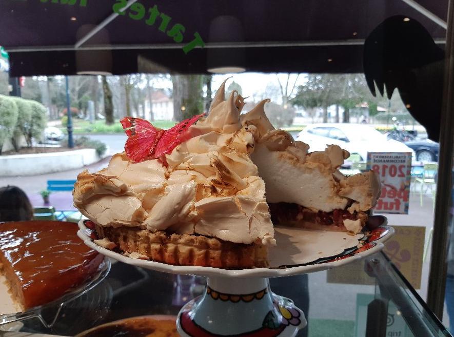 une grosse tarte meringuée sur un plateau